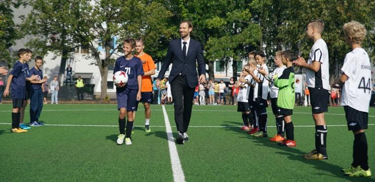Rīgā atklāti vairāki jauni skolu futbola laukumi