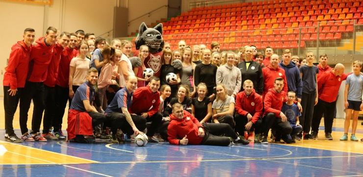 Telpu futbola izlase vada sporta stundu Jelgavas skolēniem