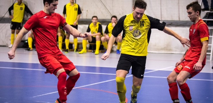"""Rīgas telpu futbola čempionāta zelta godalgas sadalīs """"DSV"""" un """"Bettend.com"""""""