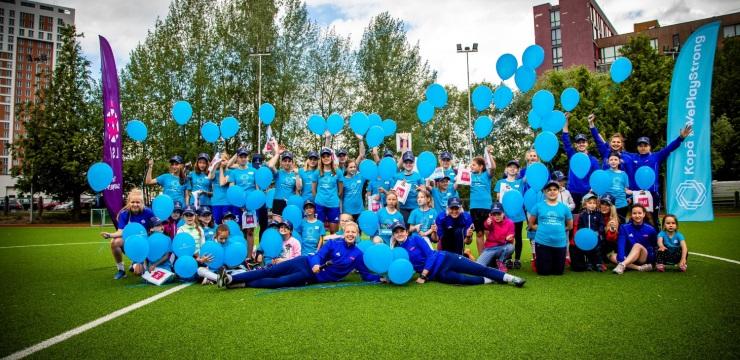 Meitenes iepazīst futbolu no citas puses #WePlayStrong festivālā Rīgā