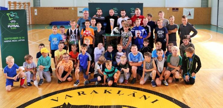 Jānis Pastars atrāda #U19Futsal trofeju Varakļānos