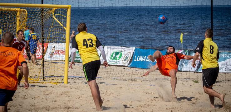 Jūrmalas kausa posmā uzvar New Project pludmales futbolisti