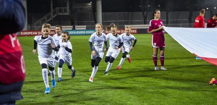 Izlozēti Latvija - Austrija spēles futbolistu pavadoņi