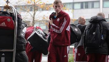 Latvijas nacionālā futbola izlase ieradusies Amsterdamā, sestdien oficiālais pirmsspēles treniņš un preses konference