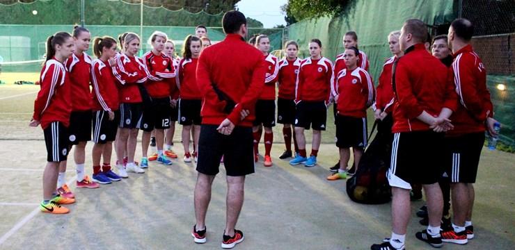 Latvijas nacionālā sieviešu futbola izlase ieradusies Kiprā