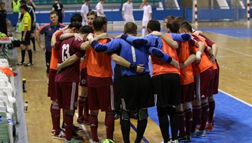 Latvijas telpu futbola izlase spēles izskaņā pārspēj Armēniju un turpina cīņu par pamatturnīru