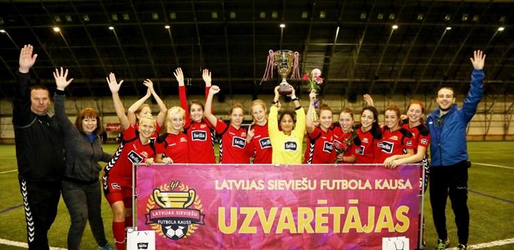 Rīgas Futbola skola izcīna sieviešu futbola kausa izcīņas trofeju