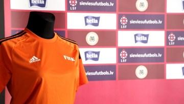 Sešiem Latvijas sieviešu futbola klubiem pasniegts FIFA dāvātais ekipējums