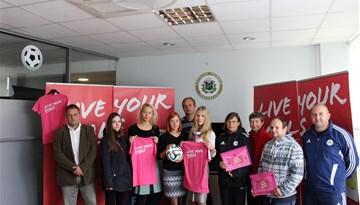 FIFA ''Live your goals'' programmas ietvaros meiteņu futbola komandām tiek dāvināts futbola inventārs