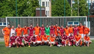 Pirms Latvijas un Nīderlandes izlašu spēles laukumā devušies abu komandu fani