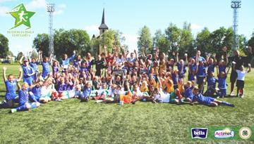 Jaunākās meiteņu futbola čempionāta dalībnieces azartiskās spēlēs noslēgušas sezonu