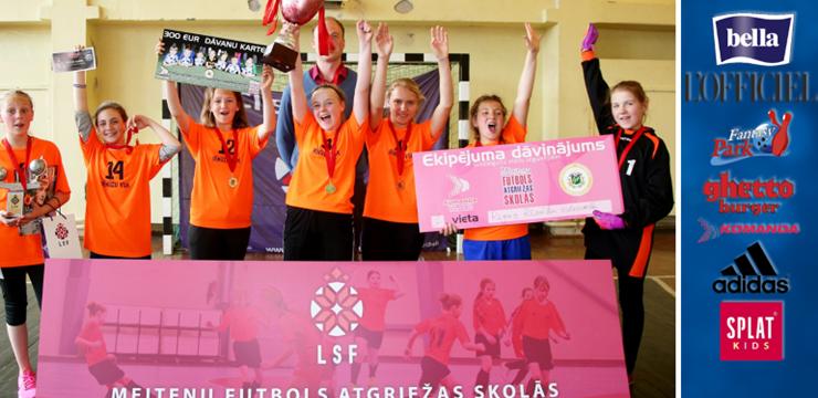 """Rīgas Rīnūžu vidusskola uzvar pirmajā """"Meiteņu futbols atgriežas skolās"""" turnīrā"""