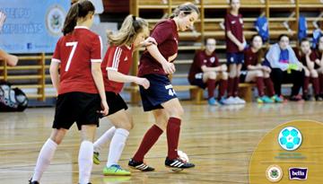 Atsākušās cīņas meiteņu telpu futbola čempionātā