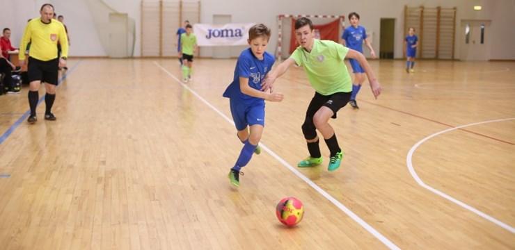 Startējušas telpu futbola sacensības jauniešiem un veterāniem