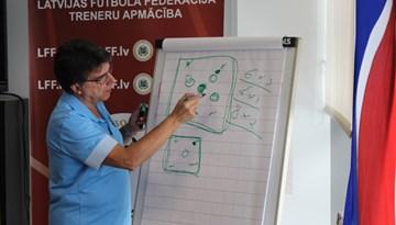 B-UEFA telpu futbola treneru kursu dalībniekiem prakses sesijas Orlando Duartes vadībā