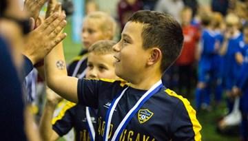Aizvadīti Rīgas futbola svētki bērniem un festivāls amatieru komandām