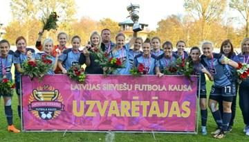 Rīgas Futbola skola nosargā Latvijas kausa trofeju sievietēm