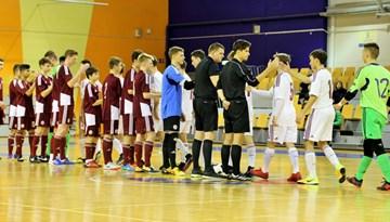FOTO: U-19 telpu futbola izlases kandidāti pirmajā selekcijas treniņā spēlē neizšķirti