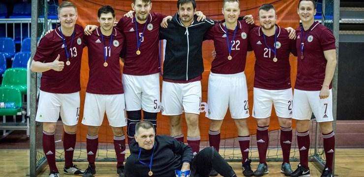 """""""Futbols Latvijas sirdī"""" komanda izcīna 3. vietu atklātajā jaungada telpu futbola turnīrā"""
