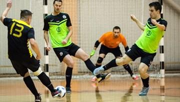 """Rīgas telpu futbola čempionāta spēcīgākajā grupā vienvadībā izvirzās """"DSV"""""""