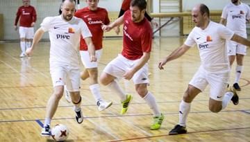 """Zelta godalgas komercbanku telpu futbola turnīrā sadalīs """"PNB banka"""" un """"BIB"""""""