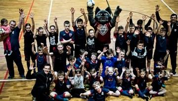 SK Vēsma audzēkņi trenējas ar #11vilki spēlētājiem Valles vidusskolā