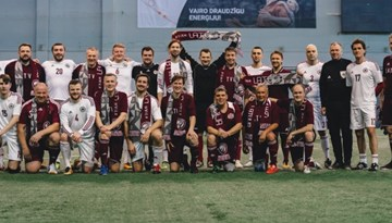 Foto: Laukumā tiekas LFF un Saeimas komandas