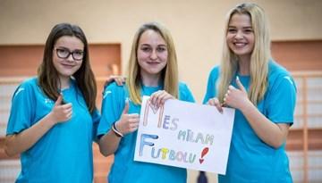 """Foto: """"Meiteņu futbols atgriežas skolās"""" grupu spēles Rīgā"""