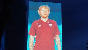 Eds Šīrans koncertā Lucavsalā uzvelk Latvijas izlases kreklu