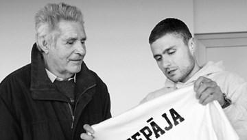 Aizsaulē devies izcilais Liepājas futbola treneris Manfrēds Jaunskalže