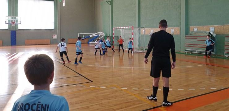Kurzemes sporta hallēs jaunieši atsāk spēlēt futbolu