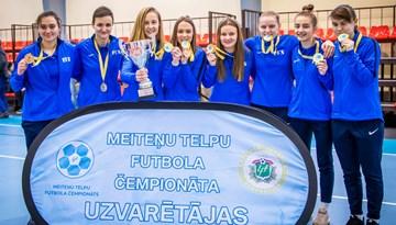 Rīgas Futbola skolas meitenes nosargā titulu telpu futbola čempionātā