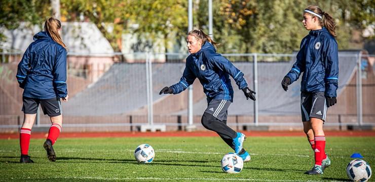 Foto: Sieviešu futbola izlase gatavojas cikla noslēgumam