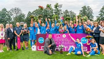 Foto: Rīgas Futbola skola saņem SFL čempionu kausu